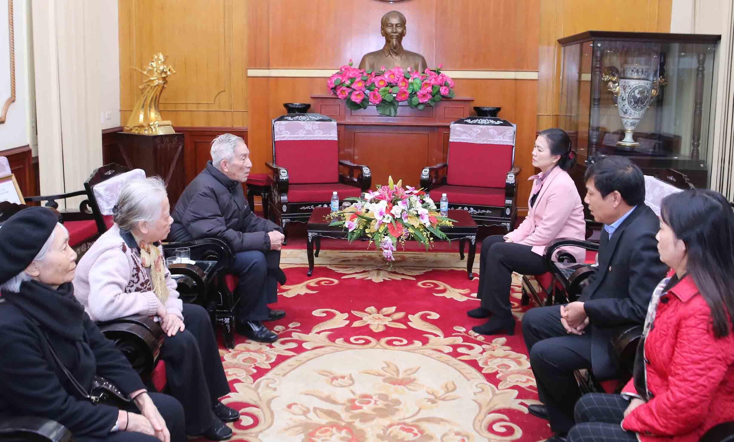 Gia đình cụ Trịnh Văn Bô trao 200 triệu cho người dân miền Trung