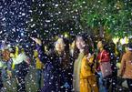 Giới trẻ thích thú với 'tuyết rơi' ở Hà Nội