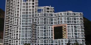 Bí ẩn phía sau những lỗ hổng to xuất hiện trên các tòa cao ốc ở Hong Kong