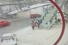 Xe tải đâm sập cầu vượt, người dân hoảng loạn chạy thoát thân