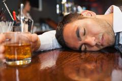 Bố say xỉn, bị mẹ cho nằm đất và hành động bất ngờ của con gái