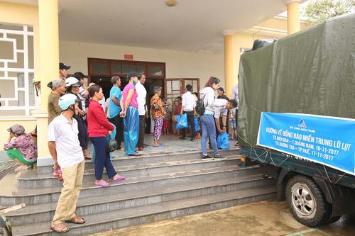 Đất Xanh miền Trung tặng quà người dân sau bão 12