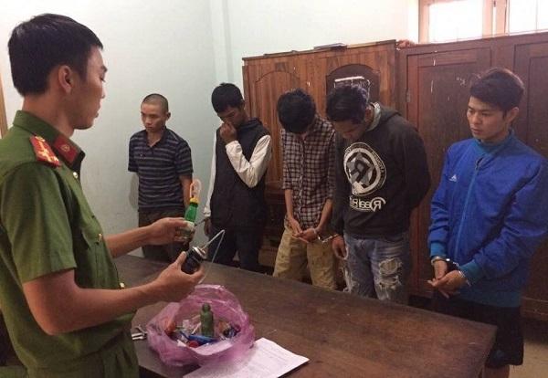 'Hốt' trọn nhóm thanh niên chơi ma túy đá trong phòng trọ