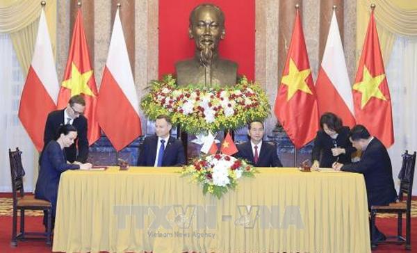 Chủ tịch nước và Tổng thống Ba Lan chủ trì họp báo chung