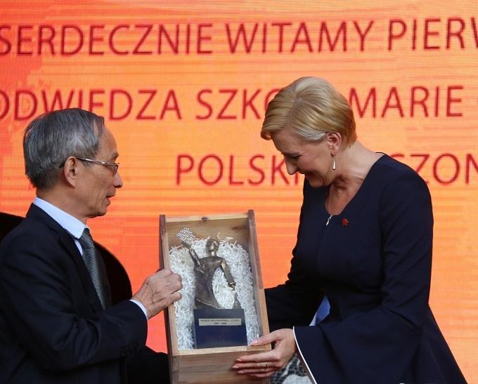 Phu nhân Tổng thống Ba Lan vui vẻ ướm thử đồng phục học sinh