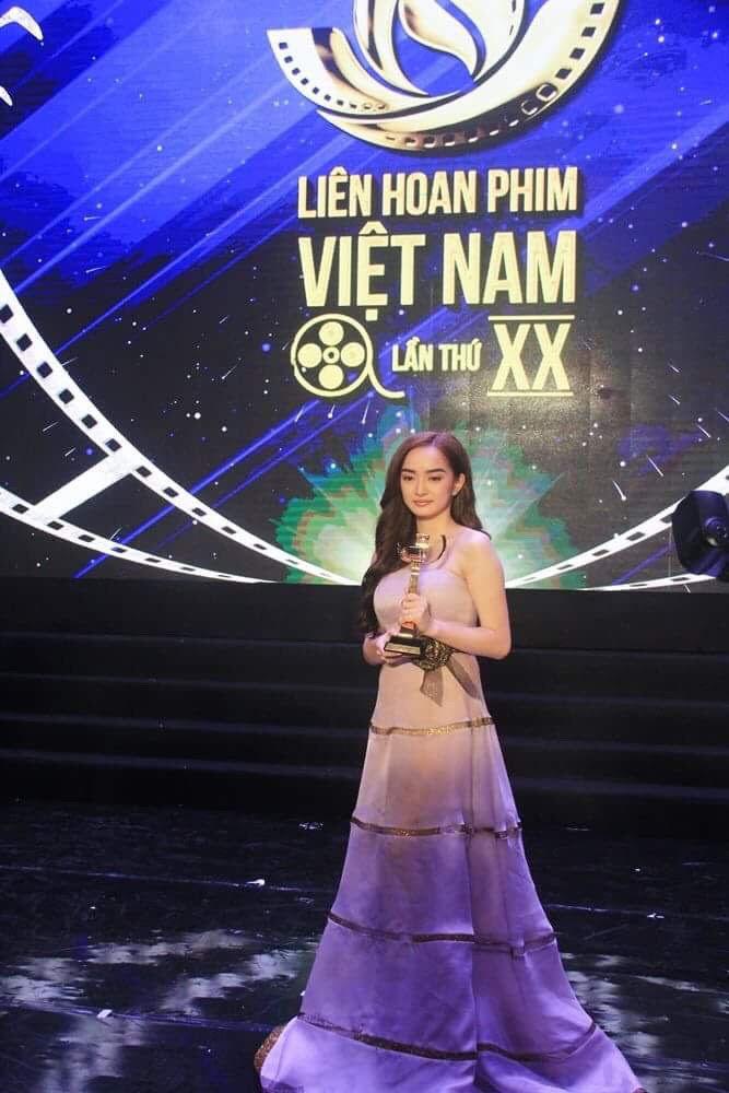 Mỹ nhân 'Em chưa 18' khóc sau khi nhận giải Nữ chính xuất sắc