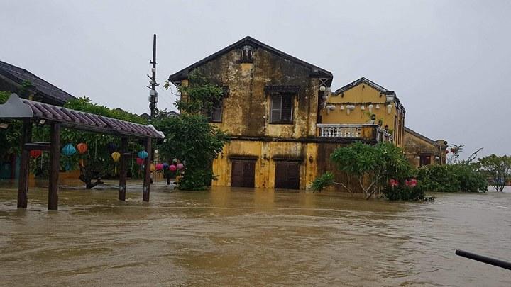 Một tháng liên tục bão lũ: Dân miền Trung mất đứt 15.000 tỷ đồng