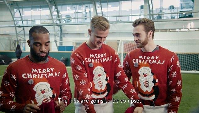 Chuẩn bị đấuHuddersfield, Wenger dạy học trò...đan áo len