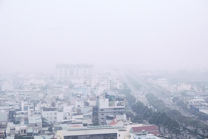 Sài Gòn se lạnh, chìm trong mờ sương mù