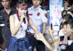 Mỹ nhân hát hội chợ: Kẻ gây nóng mắt, người được ngợi khen