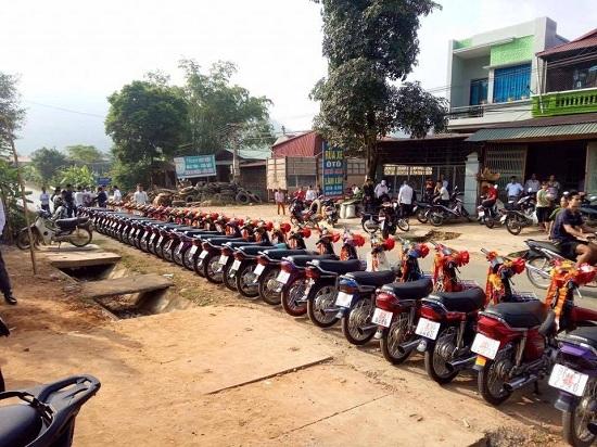 Hàng trăm người xem cảnh rước dâu bằng 100 xe máy Dream thắt nơ đỏ
