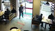 Chàng trai shipper nhanh nhảu làm vỡ tan cửa kính nhà hàng