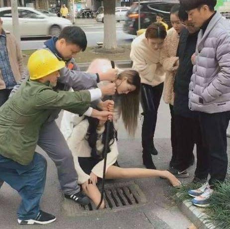 Cô gái kêu khóc, kẹt chân dưới nắp cống vì mải dùng điện thoại