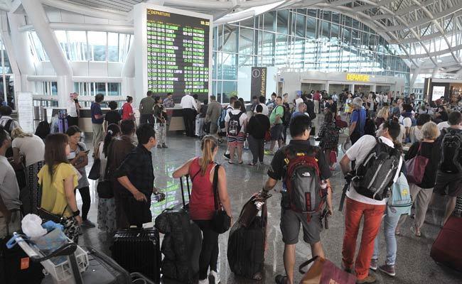 Indonesia mở cửa lại sân bay Bali