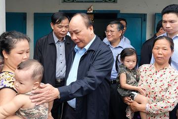Thủ tướng thăm vùng tâm bão mạnh tàn phá tại Khánh Hòa