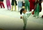 Bé 3 tuổi múa kung fu khiến người xem kinh ngạc
