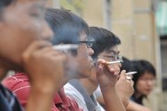 Bức xúc người đàn ông hút thuốc thiếu ý thức còn dọa dẫm nhân viên khi bị nhắc nhở