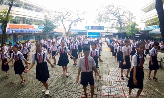 Học sinh nhảy Cha cha cha thay thể dục giữa giờ cực dễ thương