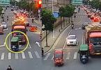 Trượt khỏi ghế xe 3 bánh, bé 5 tuổi thoát chết dưới gầm xe tải
