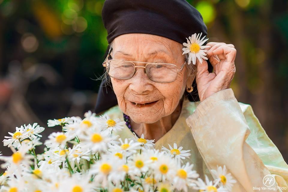 Bộ ảnh bà ngoại 99 tuổi bên cúc họa mi khiến nhiều người trầm trồ