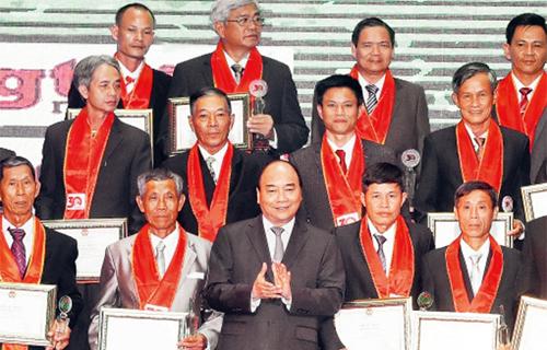 Tôn vinh 63 nông dân xuất sắc và 24 gương mặt nông dân tiêu biểu