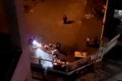 Thanh niên nẹt pô ở cổng ký túc xá bị người dân đánh, sinh viên la hét cổ vũ trong nhiều giờ