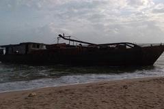 Tàu lạ dạt vào bờ biển Quảng Nam