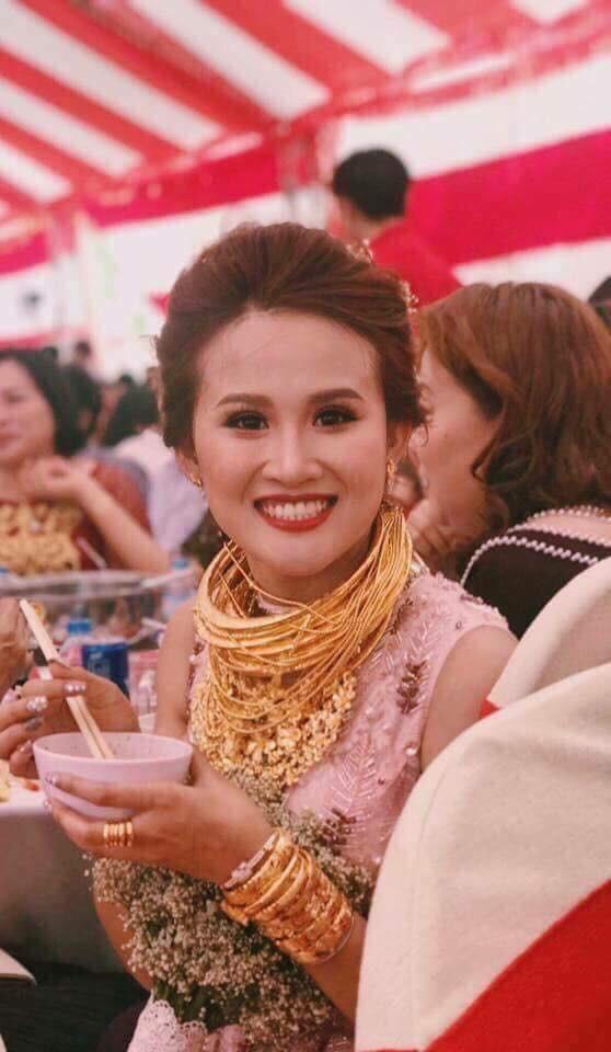 Cô dâu Đồng Nai đeo vàng kín cổ, mời ca sĩ Cẩm Ly hát trong đám cưới