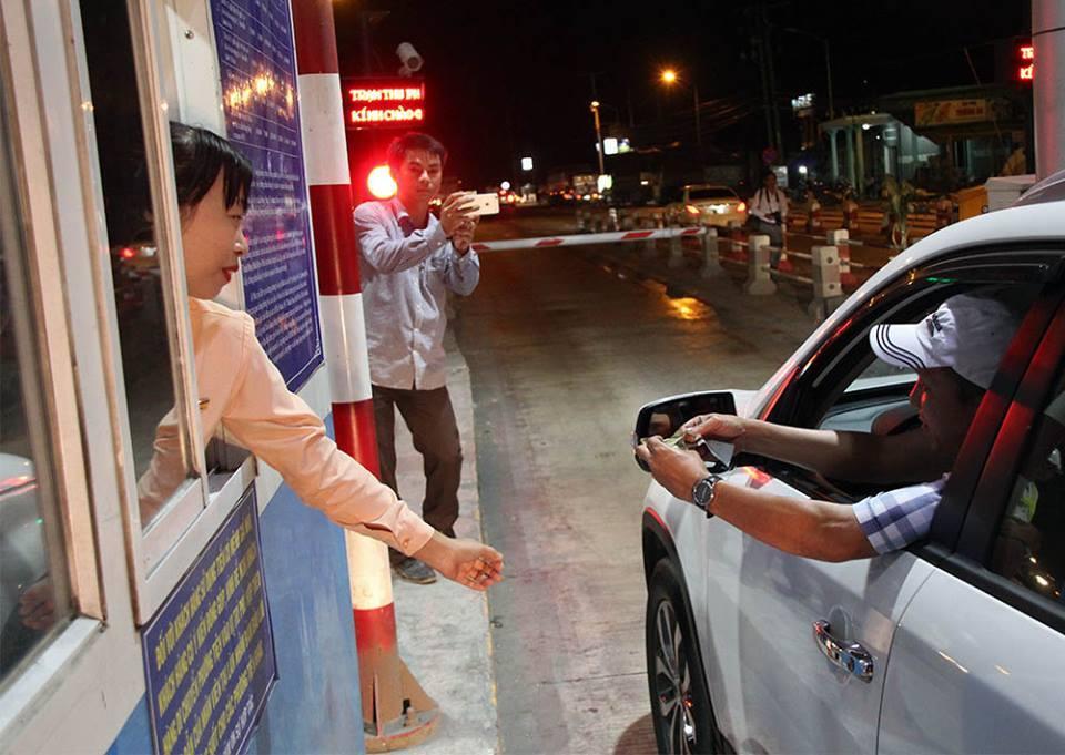 BOT Cai Lậy thu phí trở lại, xuất hiện người lạ 'hỏi thăm' tài xế