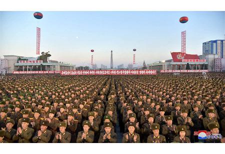 Triều Tiên mít tinh rầm rộ, bắn pháo hoa rực trời mừng phóng tên lửa