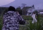 Cặp đôi TQ bị 'ném đá' vì đến gần núi lửa Bali chụp ảnh cưới