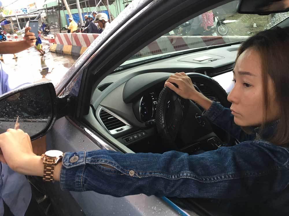 15 phút trả tiền lẻ của nữ tài xế ở BOT Cai Lậy