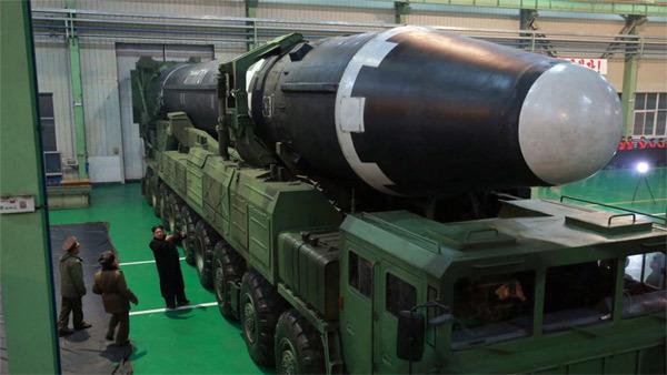 Ông Kim Jong Un thăm nhà máy chế lốp xe chở tên lửa