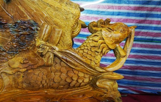 Bộ bàn ghế 'tứ linh' bằng gỗ trai nghìn năm giá gần 3 tỷ