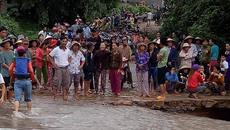 Hàng trăm người tìm kiếm trưởng thôn bị lũ cuốn