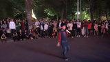 Fan nhí của Chi Pu gây sốt với Ò Ó O Ò trên đường phố