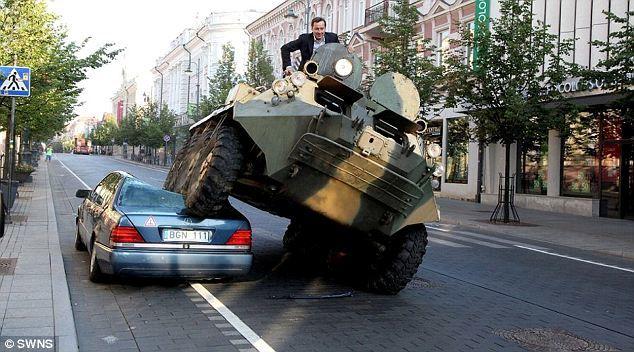Mercedes siêu sang đỗ sai quy định, bị xe tăng nghiền nát trên phố
