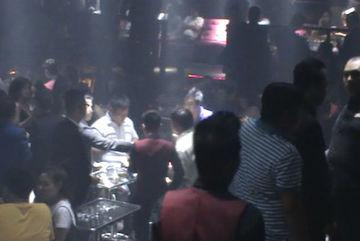 Đột kích bar ăn chơi ở trung tâm Sài Gòn, mời 150 người về làm việc