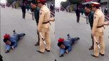 """Thanh niên lăn lộn ra giữa đường """"ăn vạ"""" khi bị CSGT dừng xe"""