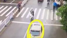 Ô tô chặn đường cho cụ già qua đường