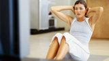 Cổ vũ vợ giảm béo bằng cách gập bụng thưởng tiền