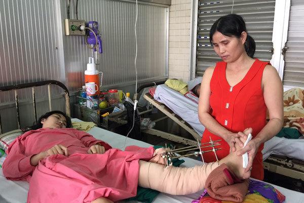 Chồng mang con 2 tuổi đi phụ hồ, kiếm tiền chữa bệnh cho vợ