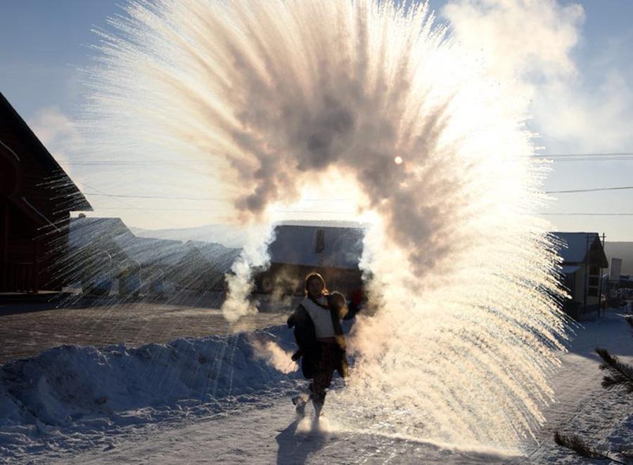 Xem nước nóng đóng băng trong cái lạnh âm hàng chục độ