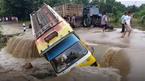 Cố vượt đường ngập sâu, xe tải bị dòng lũ hất xuống vực