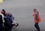 Hàng chục người nhấc ô tô giải cứu người phụ nữ dưới gầm