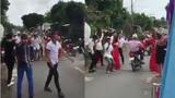 Nam thanh nữ tú tràn ra đường nhảy tưng bừng bất chấp xe cộ qua lại