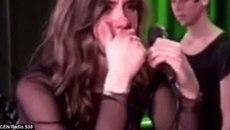 Nữ ca sĩ bật khóc khi chàng trai khỏa thân lên sân khấu