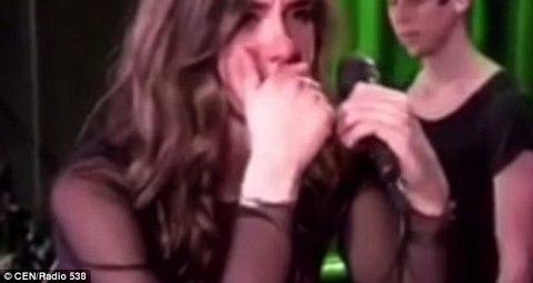 nữ ca sĩ bật khóc