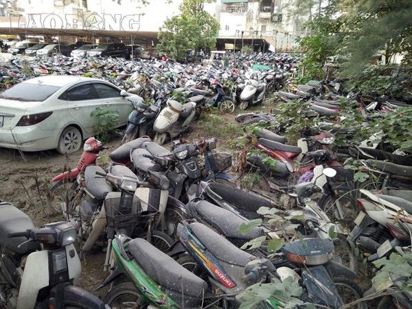 Xót xa hàng nghìn ô tô, xe máy nằm 'no mưa no nắng' giữa lòng Hà Nội
