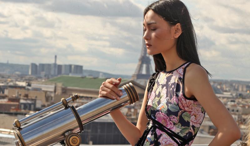 Thuỳ Trang diện váy hoa nổi bật trên phố Paris